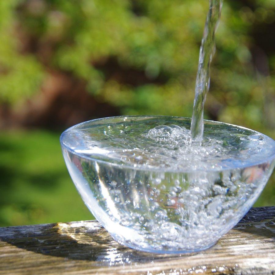 Wasserstrahl in Schale 900x900